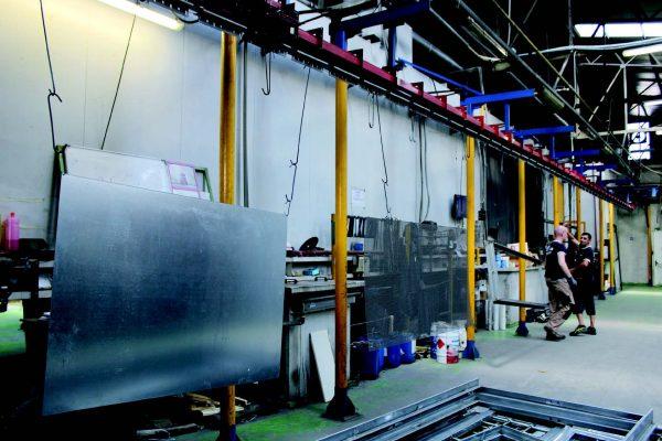La zona di carico dell'impianto di verniciatura a polveri installato in Ver