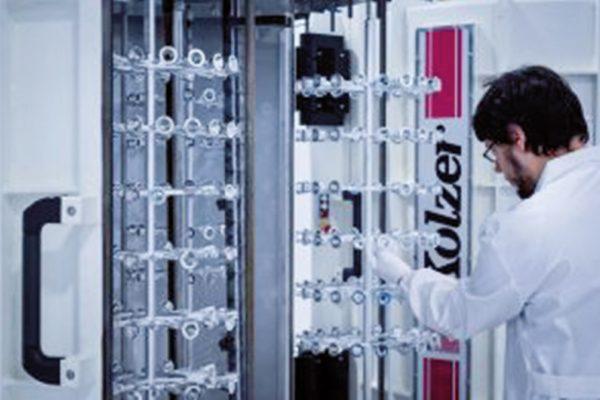 Dettagli della fase di carico dei telai sulle campane del macchinario di metallizzazione.
