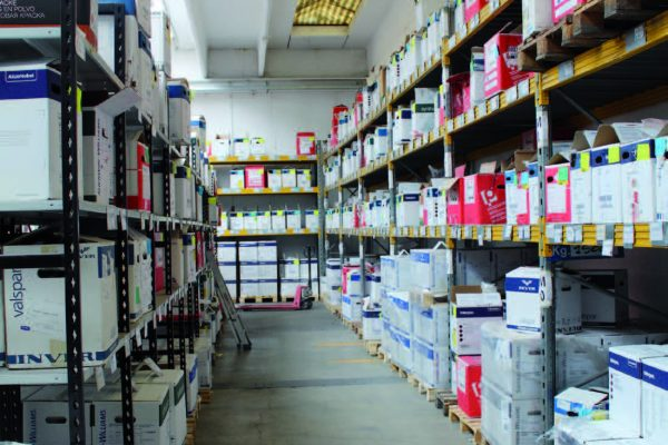 Le confezioni di polvere sono collocate in apposito magazzino, adiacente ma separato dall'impianto di verniciatura.
