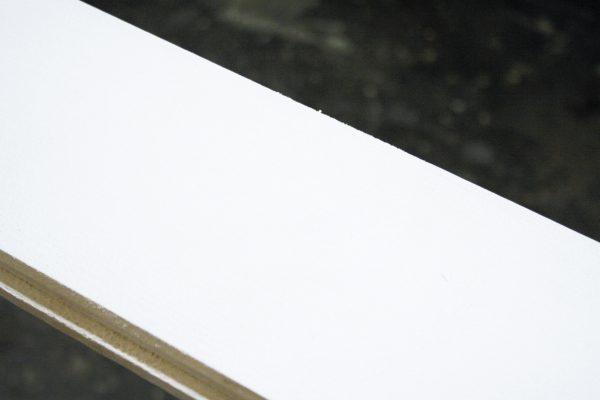 Dettaglio di una trave trattata con Lignum Biancolegno di HDG, che risolve il problema dell'ingiallimento rapido del legno impregnato col bianco.
