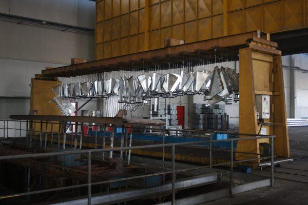 Pezzi zincati in uscita da una delle vassche che possono zincare grandi pezzi, fino a 13 m di lunghezza.