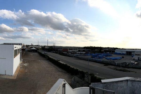 Una vista generale della Zincogam. In primo piano a sinistra il capannone dove sono state installate le nuove cabine di sabbiatura (Vespa Sabbiatrici) e di verniciatura, con progetto di Antonio Cimenes.
