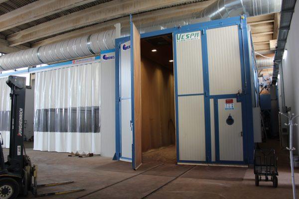La grande cabina di sabbiatura affiancata a quella di verniciatura con filtri a parete.