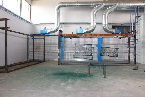 La cabina di verniciatura è stata progettata e proposta da Antonio Cimenes per poter verniciare i manufatti che vengono preventivamente sabbiati.