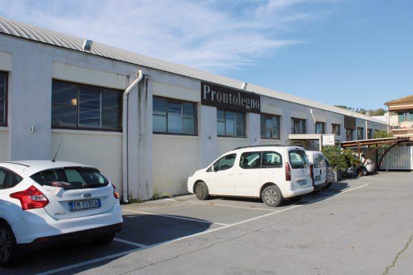 Vista dall'esterno dello stabilimento di Prontolegno, azienda situata a Buti, in provincia di Pisa.