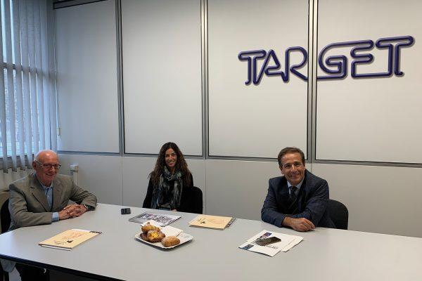 Da sinistra a destra: Angelo Lattuca, titolare di Target, Ilaria Cardellicchio di Verniciatura Industriale, Cristoforo Brendas, direttore vendite vernici in polvere Italia in Arsonsisi.