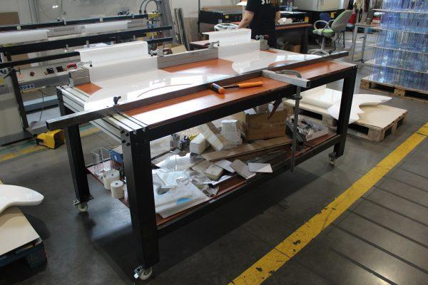 Postazione di piegatura di componenti in materiale plastico
