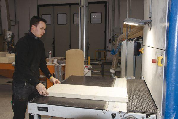 Fase di levigatura del legno. Macchinari all'avanguardia e personale altamente specializzato, tra i principali punti di forza dell'azienda.