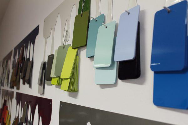 All'ingresso dell'azienda sono esposti migliaia di campioni di colori e finiture.