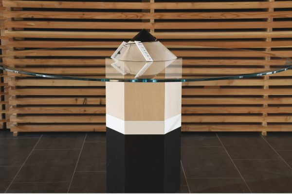 Cura del dettaglio, qualità del design e dei materiali. In foto, un tavolo in vetro firmato Zadra Interni.
