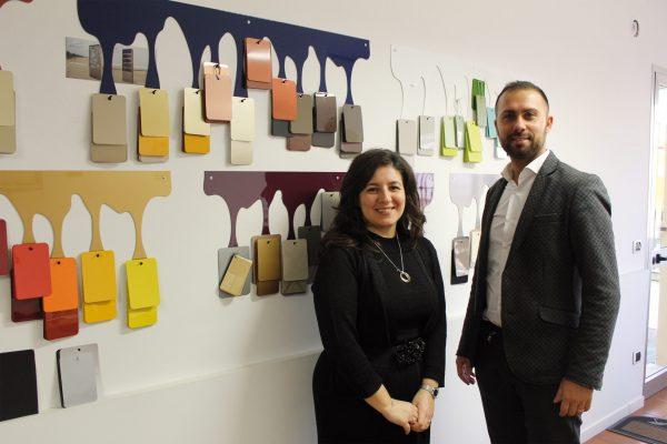 Elena Pegoraro con Mattia Bardelotto di Millennium di Cessalto (TV), fornitore di 3P Verniciature, che prepara le vernici necessarie con il sistema tintometrico.