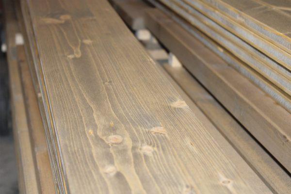 Listone di legno rivestito con una mano di impregnante e due di finitura speciale, trasparente all'acqua, altamente protettiva e soft-touch, messa a punto da Nuova Sivam appositamente per Prontolegno.