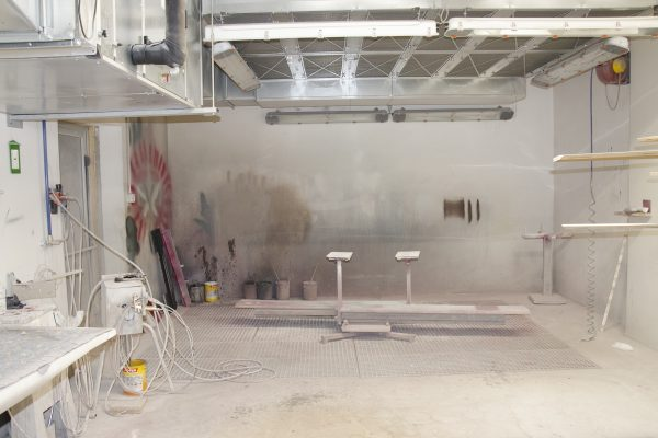 La cabina di verniciatura, dove i prodotti di Zadra Interni vengono finiti e colorati.