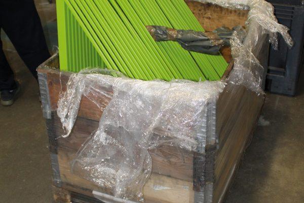 Gli ultimi ritocchi, prima che le componenti verniciate vengano imballate