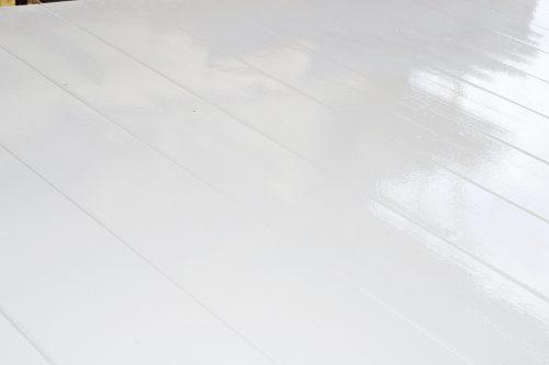 Dettaglio di un elemento in legno verniciato con la finitura bianca all'acqua per esterni Nuova Sivam.