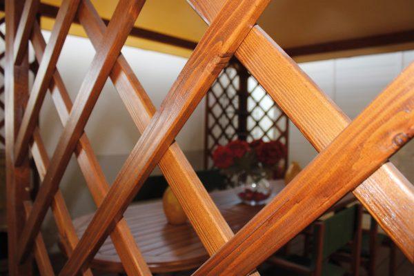 Dettaglio di un grigliato per gazebo, rivestito con impregnante colorato all'acqua per esterni Nuova Sivam.