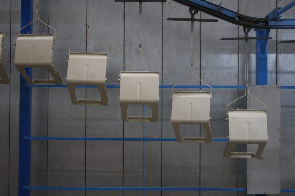 Pur verniciando esclusivamente i propri prodotti, la componentistica è molto differente sia come materiale (pressofusi di alluminio, lamiere piegate) che come massa e dimensioni. Per questo motivo l'installazione ha previsto anche una pedana per posizionare un operatore addetto al ritocco manuale.