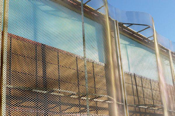 Viste della recinzione della sede del nuovo Ministero della Difesa francese, d'alluminio stirato, verniciato con un colore speciale messo a punto da Adapta Color per lo studio d'architettura - Spielmann Architecture - che ha progettato l'opera.