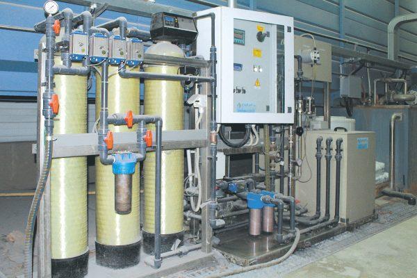 Il tunnel di pretrattamento e la macchina di produzione dell'acqua osmotizzata.