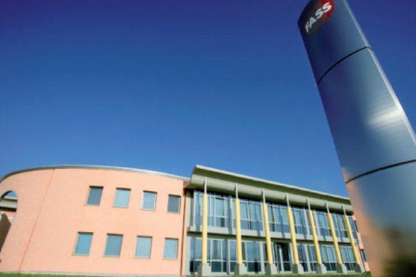 L'azienda Fass di Larciano (provincia di Pistoia), produce strumenti per la pulizia, come le scope, adatti a tutti gli ambienti studiando design e innovazione per aumentare funzionalità ed ergonomia.