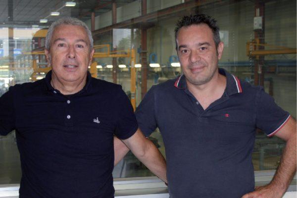A destra, Enrico Losi, il responsabile della produzione che ci ha accompagnato nella visita dell'azienda, con Gianni Bregoli, a sinistra, il tecnicocommerciale di ICR Sprint che fornisce le vernici all'acqua bicomponenti utilizzate per la verniciatura di riduttori e motoriduttori della Rossi.