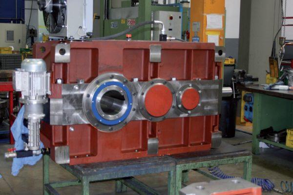 Altri modelli di motoriduttori, di dimensioni medie e grandi.