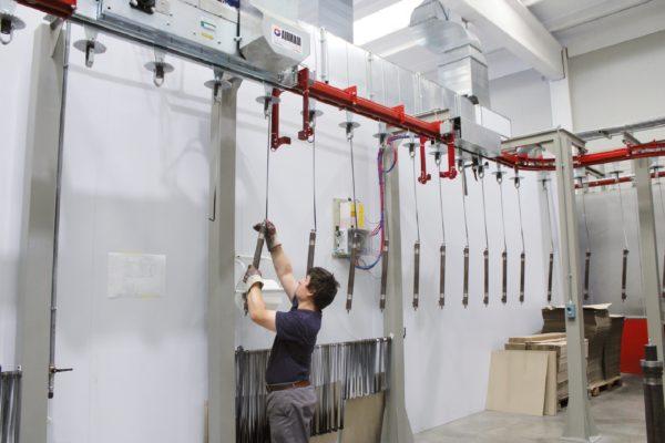 La zona di carico manuale del nuovo impianto di verniciatura a liquido di Rima