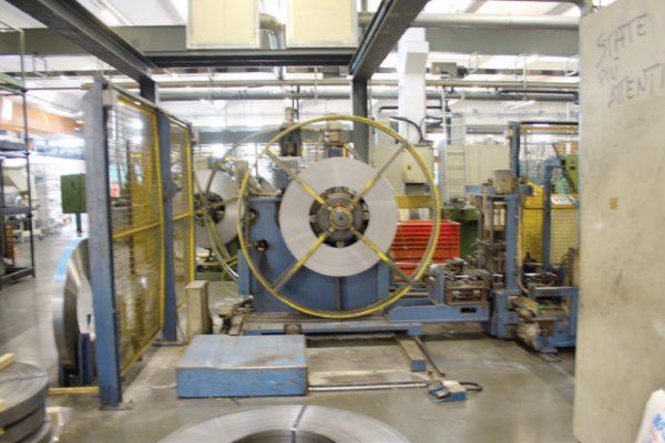 La linea per la produzione dei manici d'acciaio: la lavorazione comincia dalla lamiera in coil.