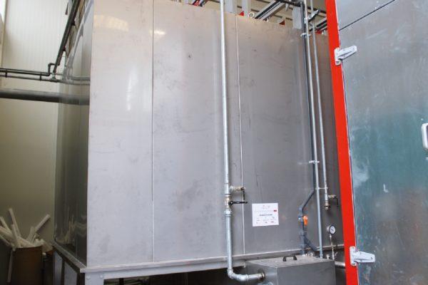 L'entrata dei pezzi nel tunnel di pretrattamento a 7 stadi. Prima del montaggio, i manufatti vengono sottoposti a una fase preliminare di lavaggio: l'azienda è infatti dotata di 6 lavatrici industriali