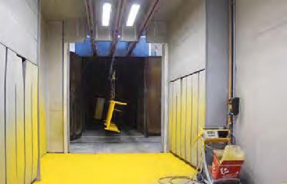 Le due cabine di spruzzatura manuale a polveri.