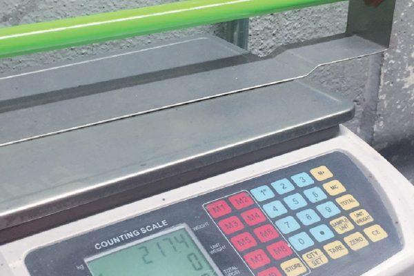 Il tubo grezzo e quello verniciato durante la fase di controllo del peso, e il controllo dello spessore.