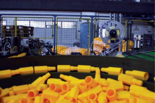 Al manico vengono montati gli accessori in materiale plastico come il tappo e la vite che servono per fissare la spazzola.