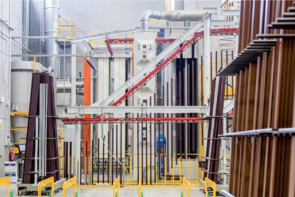 """Il """"compatto verticale""""impianto della Trasmetal installato nel grande stabilimento in Sardegna"""