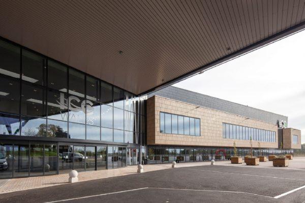 L'International Convention Centre del Galles si trova a Newport (UK). É un progetto dello studio Boyes Reed Architects che recupera, attualizzandolo, la tipica costruzione in blocchi di pietra degli edifici storici inglesi.