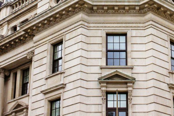 Particolari a confronto tra la parete a pannelli rettangolari e un esempio di architettura locale con la parete a blocchi di pietra.