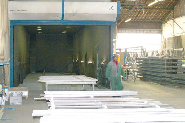 La cabina di granigliatura pneumatica, nel reparto d'ingresso e preparazione delle superfici metalliche da processare.