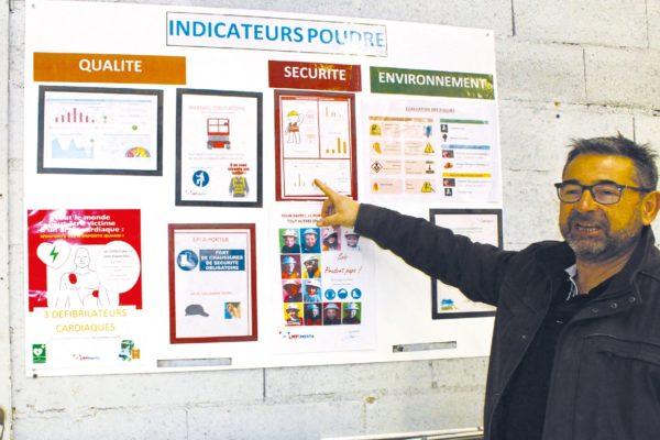 Il cartello degli indicatori sintetici dei cicli a polvere. Franck Lelasseur mostra l'indice si sicurezza delle operazioni, nel giorno della nostra visita, oltre i 220 giorni senza alcun incidente.