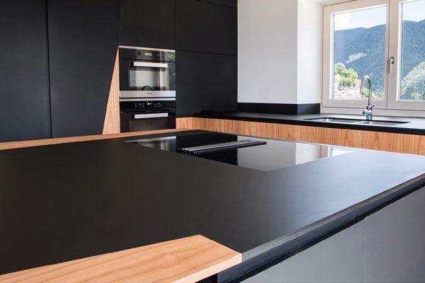 L'azienda cura con scrupolo la fase di finitura. In foto, dettaglio di un tavolo da cucina nero opaco.