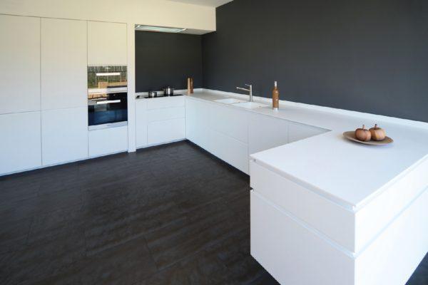 Contrasti di colore chiaro e scuro: una delle principali tendenze nel campo delle finiture per la casa.
