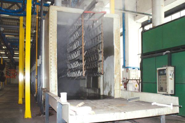 Il tunnel tradizionale di pretrattamento dei pezzi prima della verniciatura a polvere.