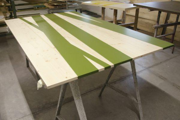 Un tavolo in preparazione: fa parte dell'allestimento del Museo locale, è stato verniciato completamente all'acqua con prodotti di Adler Italia anti-fingerprint e anti graffio della serie Pigmosoft.