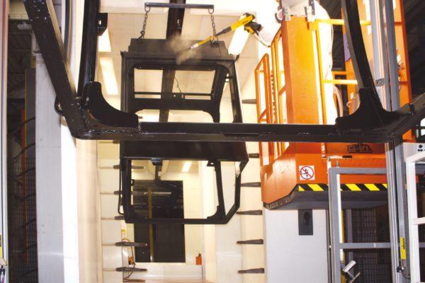 Le due postazioni di ritocco poste all'ingresso e all'uscita della cabina automatica sono gestite da due pedane con movimento sia verticale che orizzontale per agevolare il lavoro degli operatori e garantire una migliore prestazione.