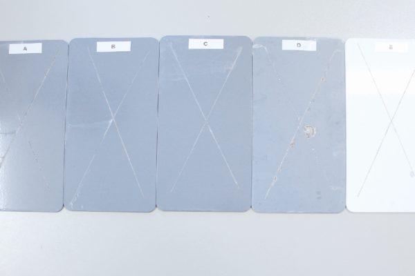 I campioni messi a confronto, dopo la prova in nebbia salina. Il campione D è verniciato con uno zincante tradizionale, gli altri campioni sono verniciati con normali epossipoliesteri. Come si può vedere, a parità di condizioni, il nuovo primer privo di zinco ha prestazioni superiori.
