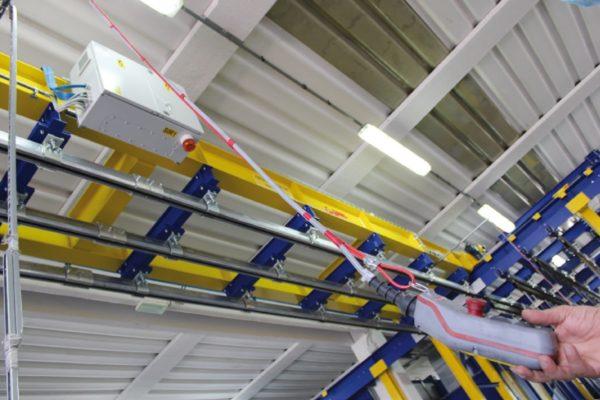 Dettagli del discensore e ascensore automatico per il carico e lo scarico dei pezzi.