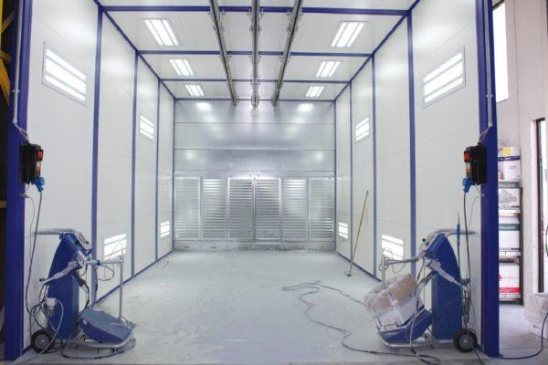 La cabina manuale di verniciatura a polveri.