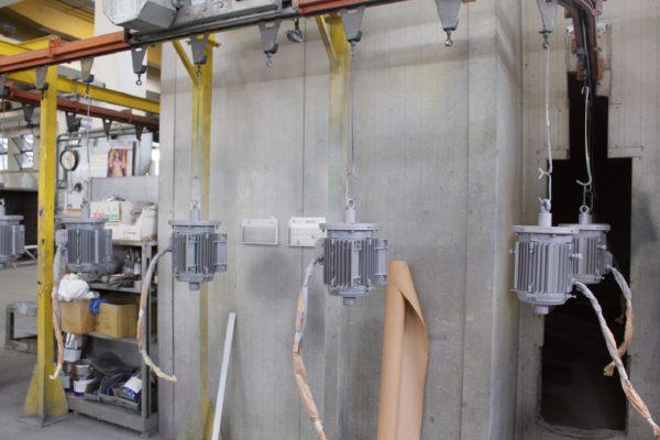 La verniciatura di Nuova Idemont è organizzata con un impianto in linea con trasportatore aereo per i pezzi in serie e. per i pezzi di medie e grandi dimensioni, con 4 cabine di verniciatura per pezzi fino a 15 m di lunghezza e una cabina di granigliatura pneumatica per pezzi fino a 8,5 m di lunghezza.