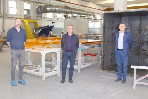 Andrea Saccardo (a sinistra) con i fornitori di prodotti vernicianti di finitura Polistuc Metal: a destra Dario Verdesio, responsabile commerciale della linea Polistuc Metal, al centro Francesco di Colorsystem, rivenditore Polistuc di zona.