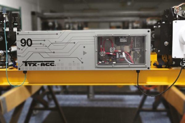 Le batterie (tipo AGM, senza acido liquido ma impregnando microfibra di vetro, a ricarica rapida), sigillate ed isolate, vengono ricaricate in sezioni strategicamente posizionate nel circuito, sfruttando i tempi di fermo tipici delle varie fasi del processo.