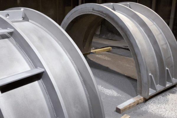 In uscita dalla cabina di granigliatura pneumatica due grandi elementi per il settore idroelettrico.