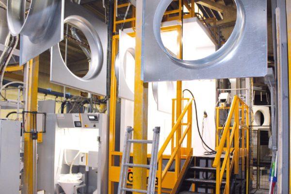 Dopo la fase di sgrassaggio e pretrattamento i pezzi proseguono verso la nuova cabina di verniciatura con apparecchiature in fase densa.